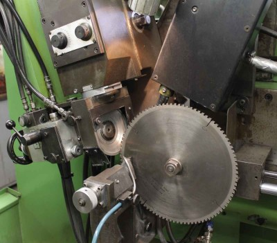 Machine for sharpening of saw wheels